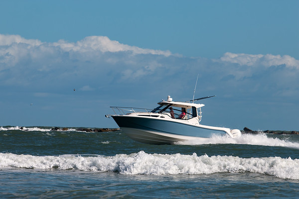 Boston Whaler 325 Conquest Running