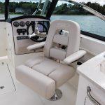 Boston Whaler 270 Vantage Helm Seating