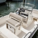 Boston Whaler 210 Dauntless Helm