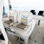 Boston Whaler 280 Outrage Helm Seating