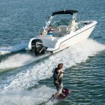 Boston Whaler 230 Vantage Wake boarding