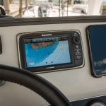 Boston Whaler 240 Dauntless Helm